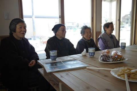 SENDAI, JAPÃO: Idosas japonesas em centro comunitário para pessoas que perderam suas casas no tsunami, em Sendai, no Japão. (Foto: Paula Leite/Folhapress)