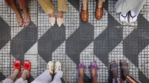 Sao Paulo, SP, BRASIL, 11-01-2020:  ***Especial Descubra Sao Paulo/Imigrantes***. Fotos de calcados de diversos paises  sobre calcada  com  desenho da cidade de Sao Paulo na Alameda  Jau. Producao ALine Prado (Foto: Eduardo Knapp/Folhapress, ESPECIAIS).
