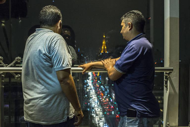 Cícero Martins de Oliveira, 38 e o amigo Mairan Gonçalves da Silva, 41, veem a avenida Paulista a partir de mirante