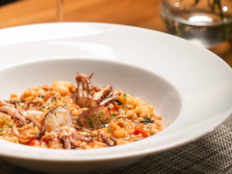 Fregola (massa em formato de bolinha) com frutos do mar, servido no restaurante Mondo
