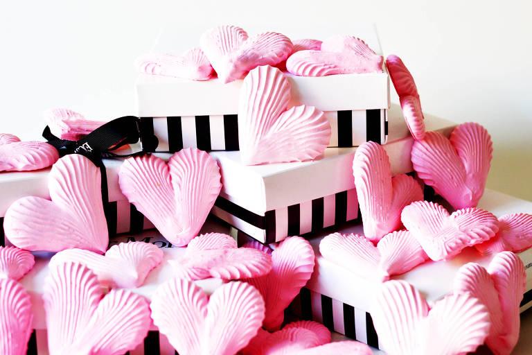 Para comemorar o aniversário da cidade, a loja do centro da Éclair Moi distribui 466 suspiros em formato de coração