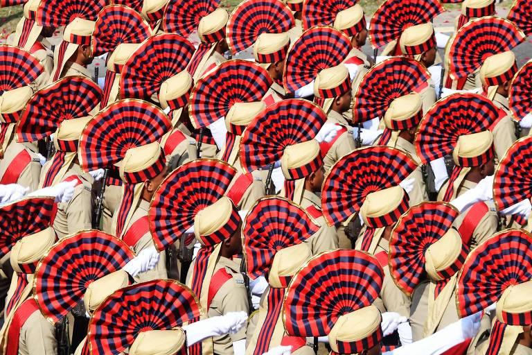 Cadetes das forças policiais da Índia participam de ensaio para desfile do Dia da República, em Kolkata