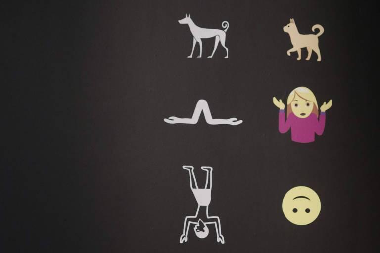 Vista da exposição 'Emoglifos: a escrita através de imagens, dos hieroglifos aos emojis', no Museu de Israel, em Jerusalém