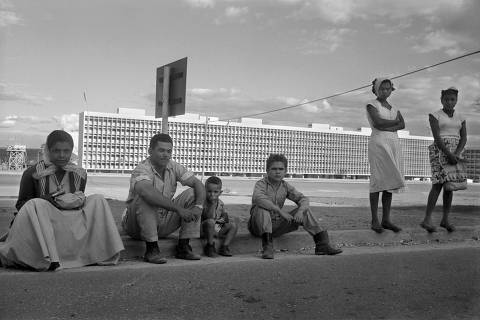 Eixo rodoviáio Sul, com ediifício residencial de superquadra ao fundo, 1960 (Foto: Peter Scheier/Acervo Instituto Moreira Salles) ***DIREITOS RESERVADOS. NÃO PUBLICAR SEM AUTORIZAÇÃO DO DETENTOR DOS DIREITOS AUTORAIS E DE IMAGEM***