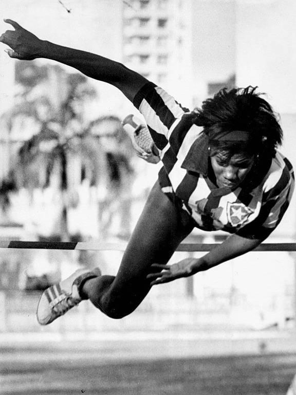 Aida dos Santos salta com uniforme do Botafogo