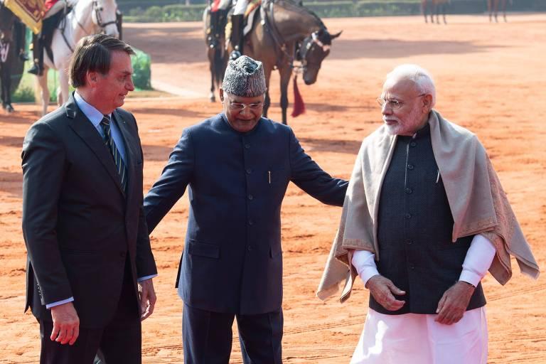 Da esquerda para a direita, o presidente Jair Bolsonaro, o presidente indiano Ram Kovind e o primeiro-ministro Narendra Modi. Kovind está reunindo os dois líderes para uma foto