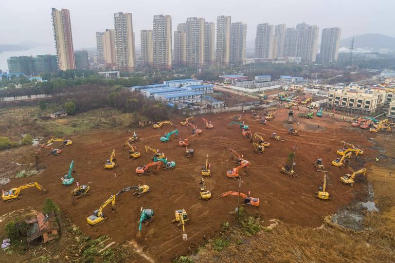 Tratores escavam terra para construção de novo hospital em Wuhan que terá 1.000 leitos para pacientes infectados por coronavírus