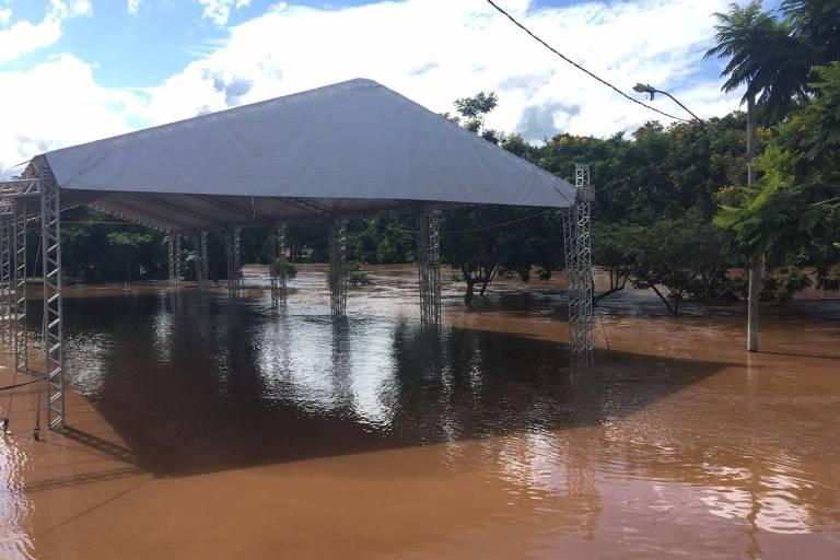Local onde ocorreria evento para vítimas de Brumadinho foi inundado por água de rio que transbordou