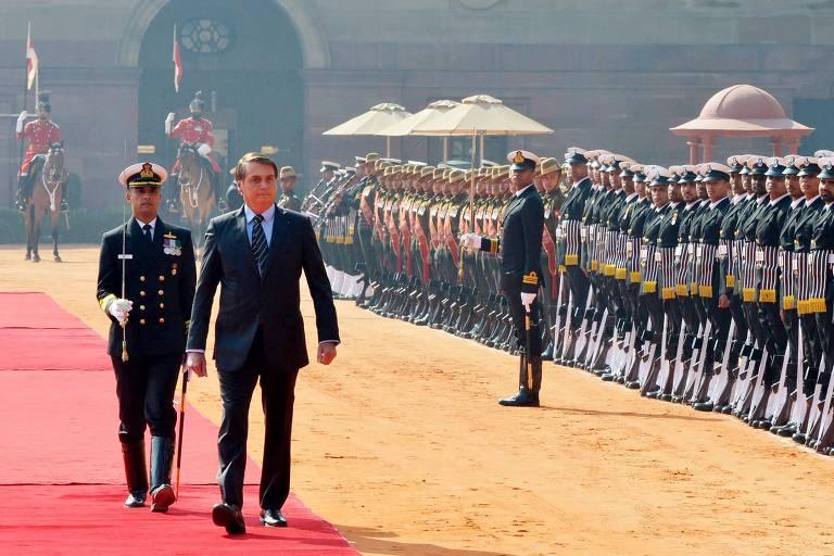 O presidente Jair Bolsonaro revista guarda durante recepção no palácio presidencial em Nova Déli