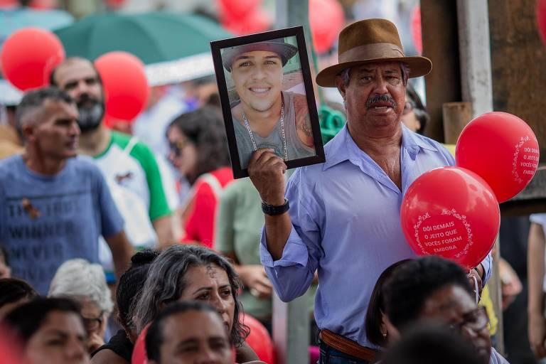 Familiares participam de homenagem às vitimas da tragédia em Brumadinho em local por onde a lama passou