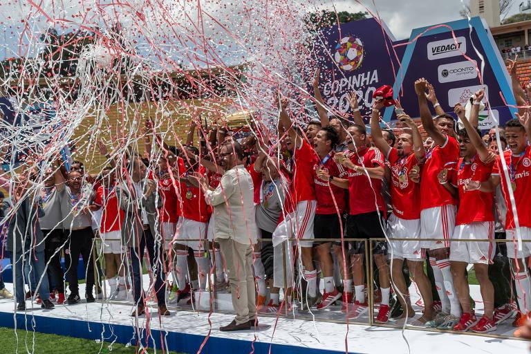 Jogadores do Internacional comemoram título da Copa São Paulo junto com a torcida no estádio do Pacaembu