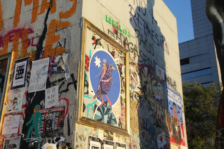 Obra do artista Oscar Nuñez em parede de Santiago, no Chile, emoldurada pelo projeto Museo de La Dignidad