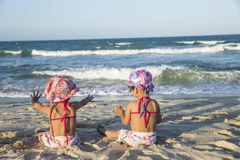 Separadas por cirurgia há um ano, as gêmeas craniópagas Maria Ysadora e Maria Ysabelle foram à praia pela primeira vez em 2019