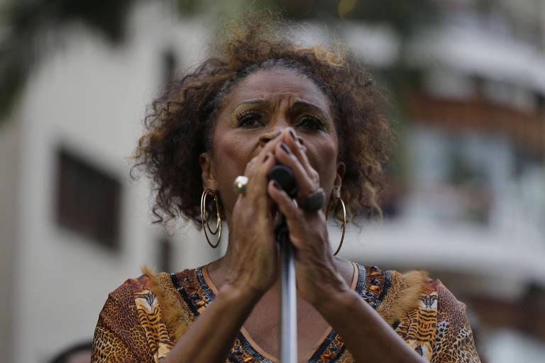 Atriz Zezé Motta canta samba de João Nogueira no bloco Ilú Obá De Min
