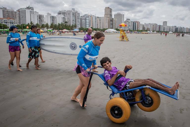 Escola dá aulas de surfe adaptado para pessoas com deficiência e mobilidade reduzida, em Santos