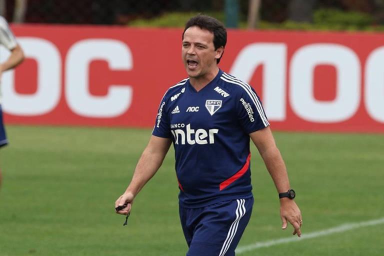 Treinador do São Paulo, Fernando Diniz, grita com os jogadores no treinamento.