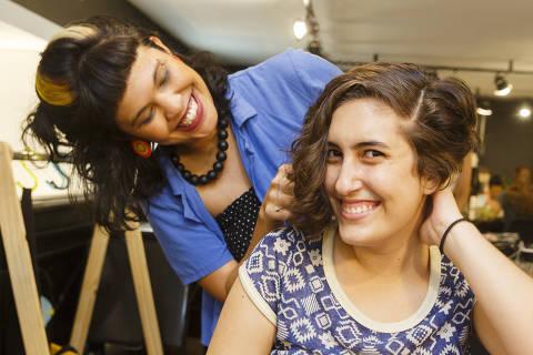 SAO PAULO, SP, BRASIL. 16.01.2020.  - Tendência de corte de cabelo curto para o verão. A cabelereira Caroline Ursogrande com Mariana Amaral . (foto: Rubens Cavallari/Folhapress,SHOW)
