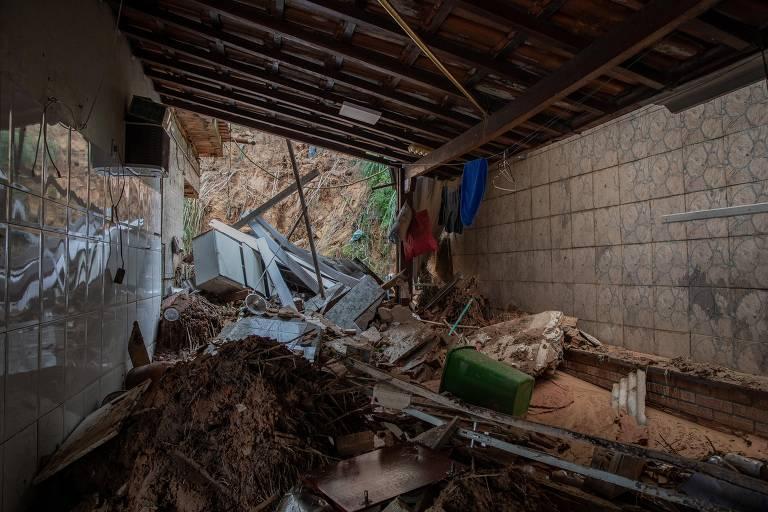 Casa atingida por deslizamento de terra no bairro Jardim Alvorada, em Belo Horizonte
