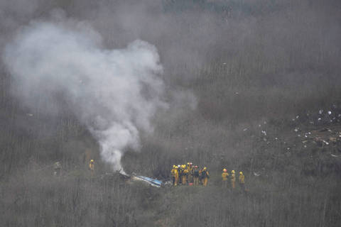 LA county firefighters on the scene of a helicopter crash that reportedly killed Kobe Bryant in Calabasas, California, U.S., January 26, 2020. REUTERS/Gene Blevins ORG XMIT: GDN4000