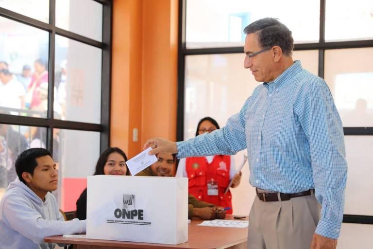 O presidente do Peru, Martín Vizcarra, vota neste domingo (26), em Moquegua, no sul do país