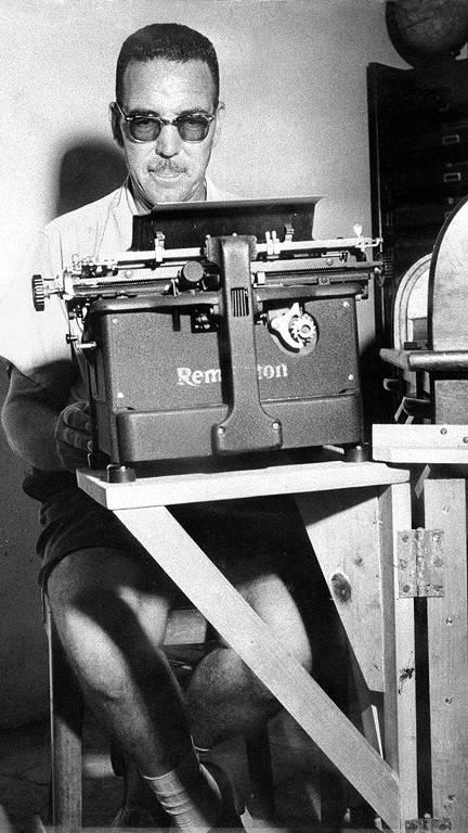 O escritor paulistano Jeronymo Monteiro, criador da 'Magazine de Ficção Científica', escreve em sua máquina Remington, em 1954