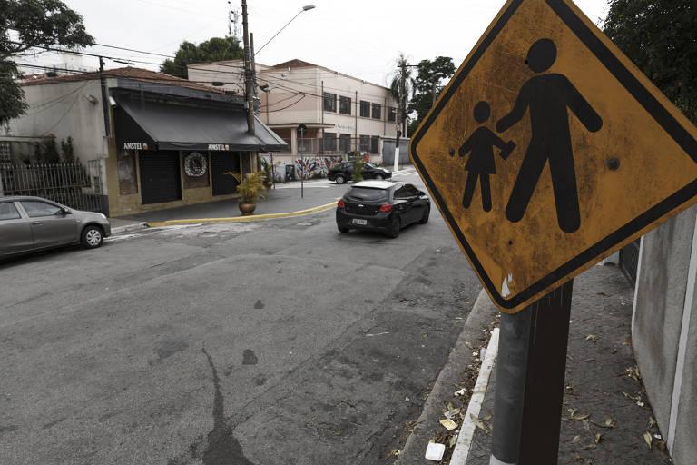Sinalização de trânsito ao redor de escolas têm placas pichadas e pintura desgastada