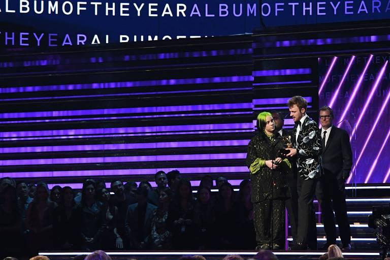 """Billie Eilish e seu irmão, Finneas, recebem o prêmio de Álbum do Ano, por """"Bad Guy"""""""