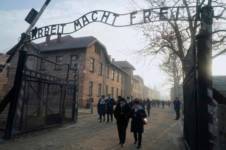 Foto com pessoas caminhando através de portão