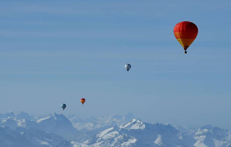 Balões colorem o céu no 19º encontro de Balonismo Alpino, perto das montanhas de Kössen, na Áustria