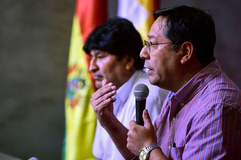 O candidato à Presidência da Bolívia Luis Arce, à dir., ao lado de Evo Morales em entrevista coletiva em Buenos Aires