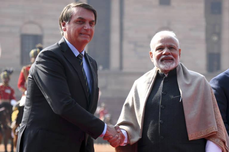 O presdiente Jair Bolsonaro, à esq., cumprimenta o premiê da Índia, Narendra Modi, durante cerimônia de recepção em Nova Déli