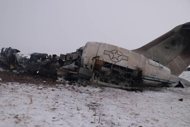 Destroços do avião que caiu no Afeganistão nesta segunda-feira (27)