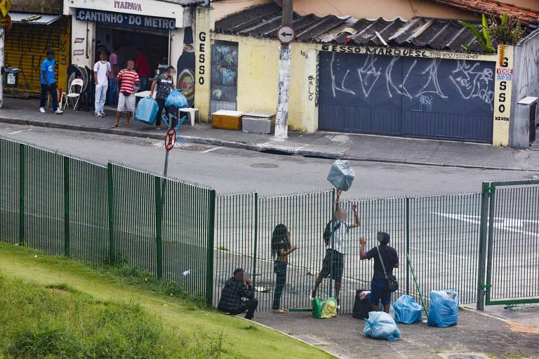 Ambulantes fazem rodízio para vender em terminal de ônibus da zona sul de SP