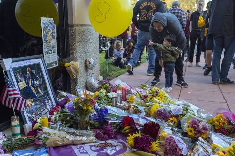 NEWBURY PARK, CA - JANUARY 26: People mourn at a makeshift memorial at Mamba Sports Academy for former NBA great Kobe Bryant, who was killed in a helicopter crash while commuting to the academy on January 26, 2020 in Newbury Park, California. Nine people have been confirmed dead in the crash in Calabasas, among them Bryant and his 13-year-old daughter Gianna.   David McNew/Getty Images/AFP == FOR NEWSPAPERS, INTERNET, TELCOS & TELEVISION USE ONLY ==