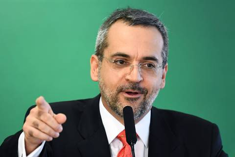 (FILES) In this file photo taken on April 09, 2019, the new Brazilian Education Minister Abraham Weintraub delivers a speech during his appointment ceremony at Planalto Palace in Brasilia. - Weintraub was the target of mockery on social networks by Brazilian Internet users after committing a succession of spelling mistakes in his Twitter account. (Photo by EVARISTO SA / AFP) ORG XMIT: ESA275
