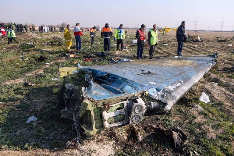 Equipes de resgate próximas a destroços do avião ucraniano derrubado logo após decolar em Teerã