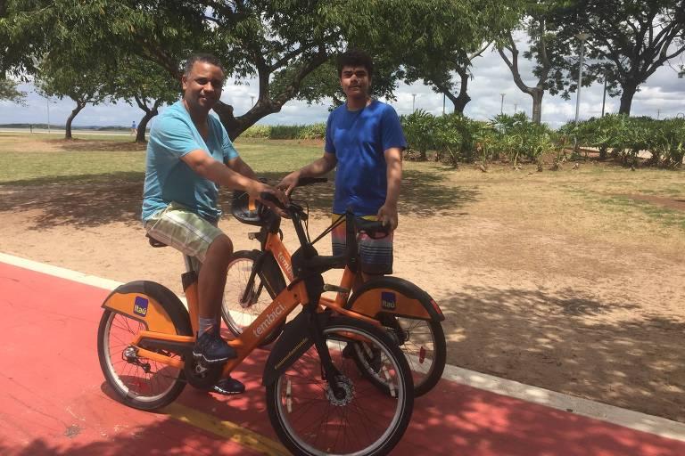Júlio César Prestes Saraiva, 51, e o filho Rafael, 14 anos, alugam bicicletas da BikePoa em Porto Alegre