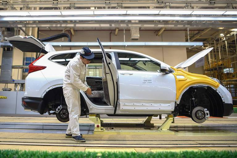 Foto de 27 de novembro mostra um trabalhador na linha de produção da Dongfeng Honda em Wuhan