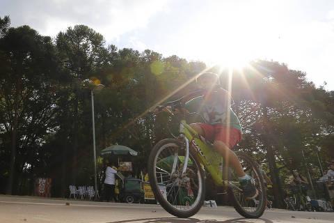 SAO PAULO, SP, BRASIL. 25.04.2016. Paulistanos, no parque do Ibirapuera, aproveitam a tarde de calor. (Foto: Moacyr Lopes Junior/Folhapress, COTIDIANO). ***EXCLUSIVO***