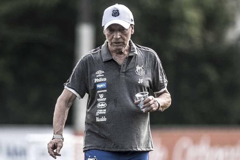 Homem caminha com o copo d'água