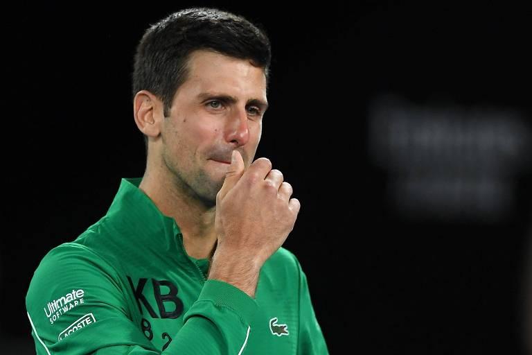 """Vestindo um casaco com as letras """"KB"""", em homenagem a Kobe Bryant, Djokovic chorou ao ser questionado a morte da lenda do basquete"""