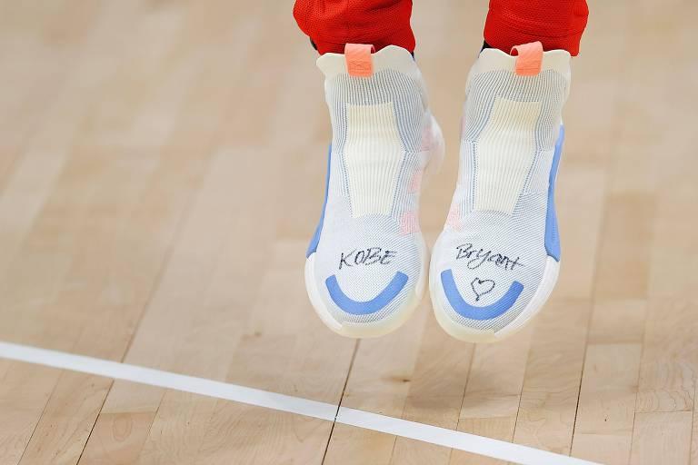 Trae Young, do Atlanta Hawks, usou tênis da linha Kobe, com o nome do astro escrito neles, durante jogo após a morte do astro