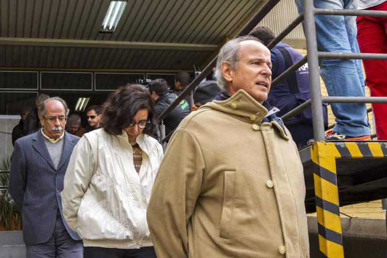 Em 2015, o presidente da Andrade Gutierrez, Otávio Marques de Azevedo, e outros presos deixam o IML após realização de exame de corpo delito, em Curitiba