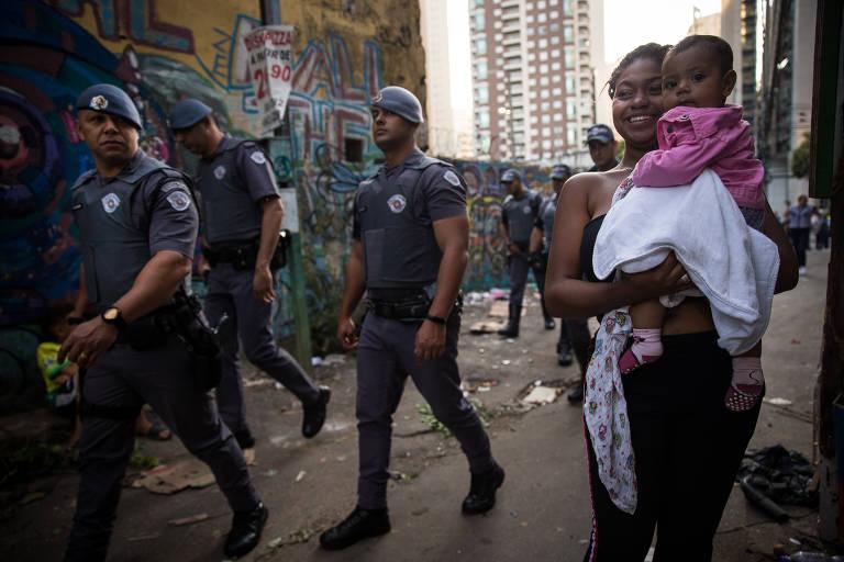 Moradores deixam favela Coliseu (também conhecida como favela Funchal), na Vila Olímpia, bairro rico de SP
