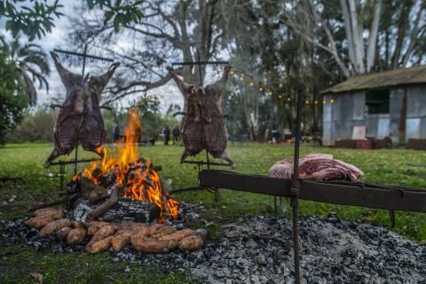 Cenas de uma matança de porco acompanhada por Josimar Melo nos arredores de Buenos Aires Crédito: Alfred Oliveri/House of Chef/Divulgação