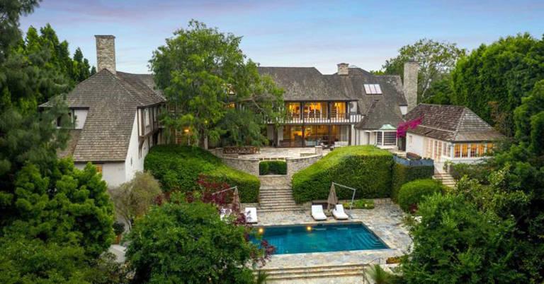 A mansão fica no popular bairro de Beverly Hills, porém com uma entrada escondida e privada