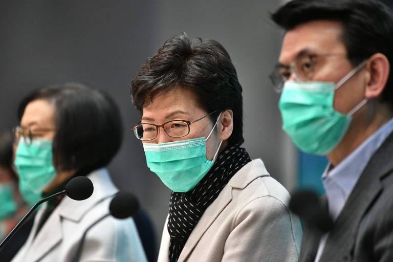 A executiva-chefe de Hong Kong, Carrie Lam (centro), anuncia restrição de viagens ao território