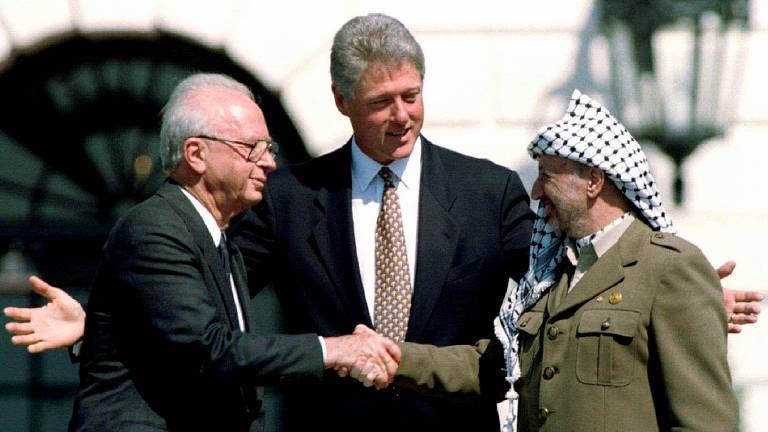 O premiê israelense Yitzhak Rabin cumprimenta o líder palestino Yasser Arafat no jardim da Casa Branca, à época chefiada por Bill Clinton, durante anúncio dos Acordos de Oslo