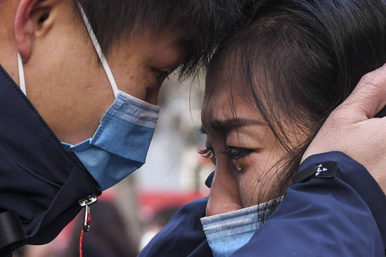 Membro de uma equipe médica que parte para Wuhan, província de Hubei, se despede de sua família na Universidade Médica de Xinjiang, em Urumqi , na região autônoma do grupo étnico Xinjiang Uygur, no noroeste da China. Ele faz parte de uma equipe de 142 médicos de Xinjiang partiu para Wuhan na terça-feira para ajudar nos esforços de controle do novo coronavírus