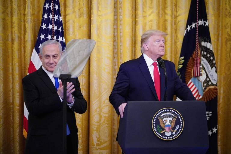 O presidente Donald Trump, à dir., e o premiê de Israel, Binyamin Netanyahu, durante anúncio do plano de paz na Casa Branca, em Washington